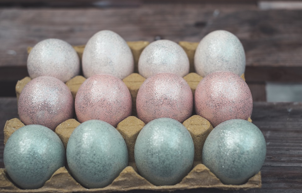 farbanje jaja šljokice
