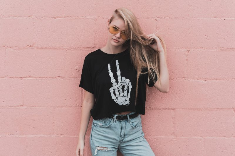 devojka-majica-sa-natpisom